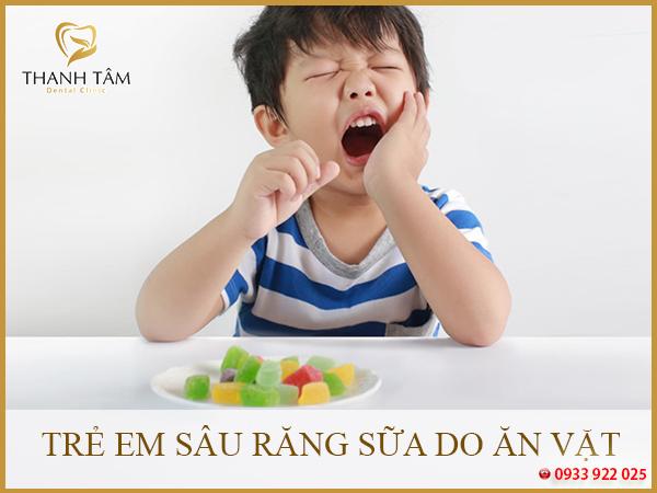 Trẻ em sâu răng sữa do ăn vặt