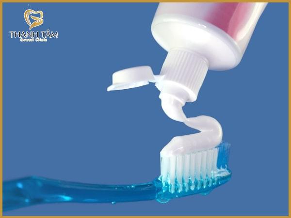 Thường xuyên đánh răng để chăm sóc răng thật tốt