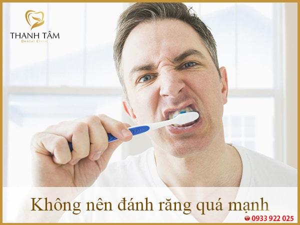 Không nên đánh răng quá mạnh-min