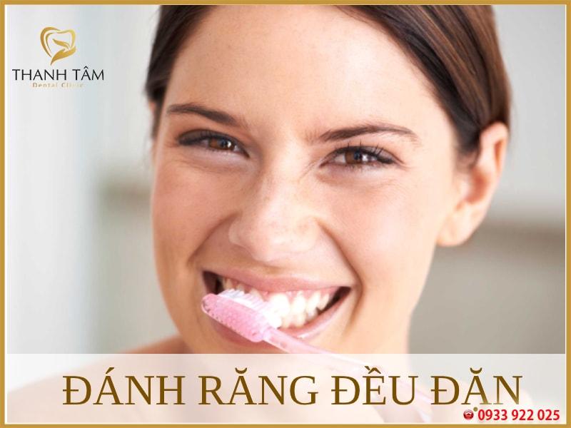 Vệ sinh răng miệng 2 lần mỗi ngày và sau mỗi bữa ăn