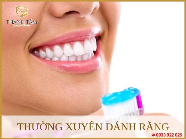 Đánh răng để loại bỏ sạch mảng bám