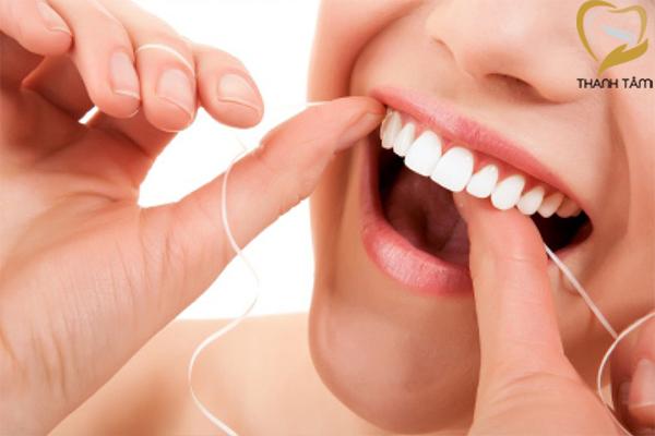 Dùng chỉ nha khoa để vệ sinh răng sứ ngay cả các mảng thức ăn nhỏ nhất