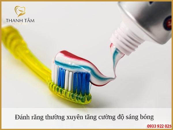Đánh răng đều đặn để nâng cao độ sáng bóng qua mỗi ngày