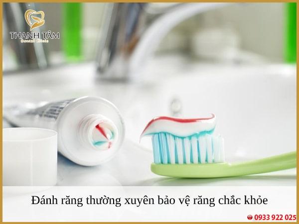 Nên đánh răng mỗi ngày để loại bỏ các mảng bám gây hại
