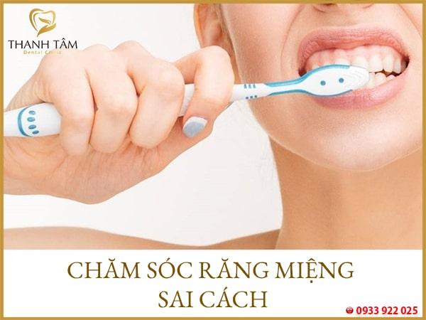 Đánh răng sai cách Bọc răng sứ bị đen viền nướu