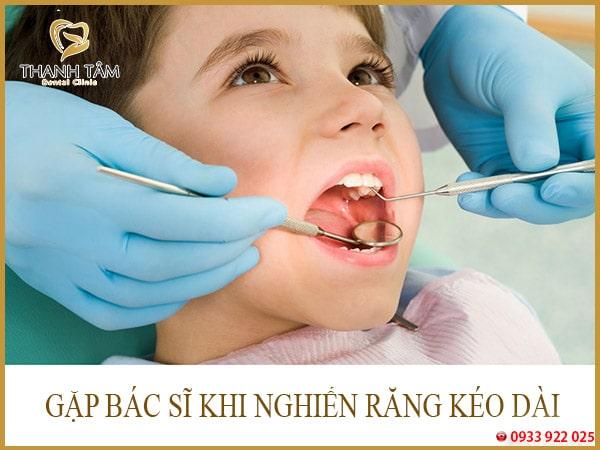 bé nghiến răng